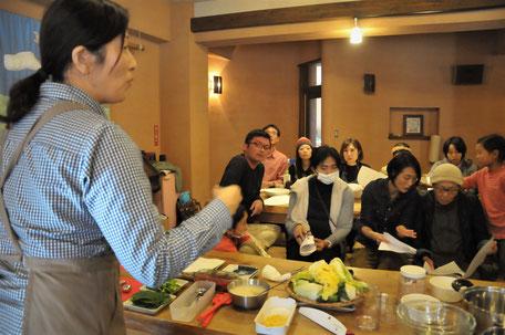 植田聡子さんによるキムチのヤンニムづくり。前年は久保さんご一家による同じくキムチのワークショップをやりました。