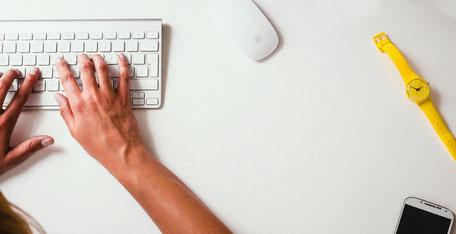 Beide Hände an der Computer Tastatur zum schreiben.