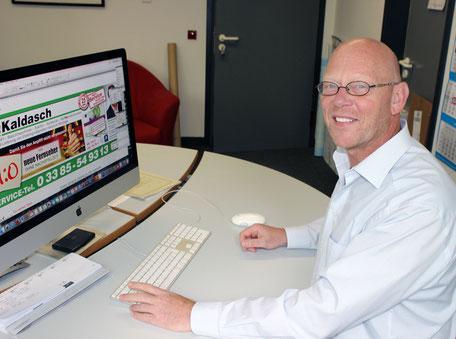 Jürgen Schmitt sitzt am Computer-Arbeitsplatz.