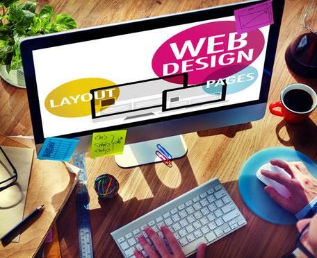iMac zeigt Webdesign und User der über Maus und Tastatur den Computer bedient.