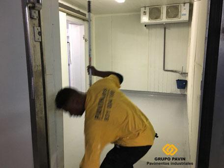 GRUPO PAVIN - Suelos y pavimentos industriales | Pavimentos de resinas para cámaras frigoríficas - Aplicación capas de resina