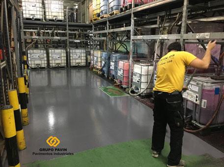 GRUPO PAVIN - Suelos y pavimentos industriales | Aplicación sellado color con espolvoreo ligero de árido fino