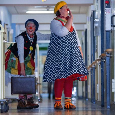 Die Klinikclowns Fite und Kiki auf dem Weg zur Clownvisite. Foto: Jens Büttner,