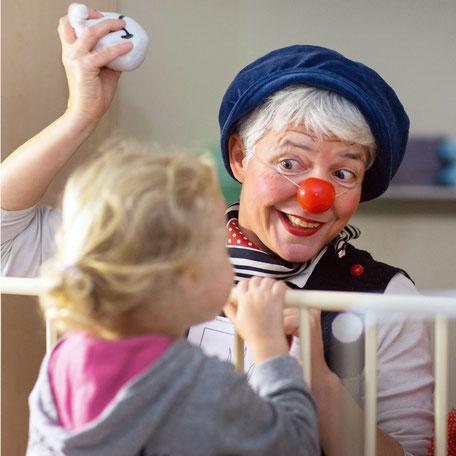 Klinikclown Fite bei der Visite in der Kinderklinik. Foto: Jens Büttner