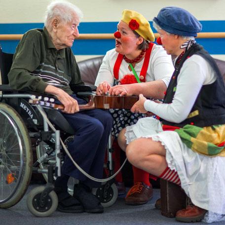 Die Klinikclowns Kiki und Fine bei der Visite im Seniorenheim. Foto: Jens Büttner