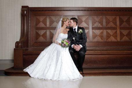 Das Brautkleid aus Seide mit Schleier für die kirchliche Trauung - Foto: Anna Reineke