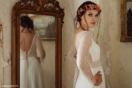 Weich fließendes Hochzeitskleid in A-Linie mit einem langärmligem Spitzentop aus moderner Baumwollspitze und einem tiefem V-Ausschnitt im Rücken