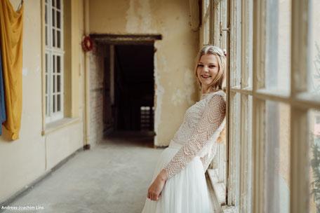 Zart und mit einem Hauch von Vintage zeigt sich unser romantisches zweiteiliges Hochzeitskleid mit Spitzentop aus zarter Baumwollspitze und einem Tüllrock aus weich fallendem Soft-Tüll
