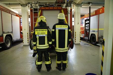 Links neue Einsatzschutzkleidung / rechts alte Einsatzschutzkleidung
