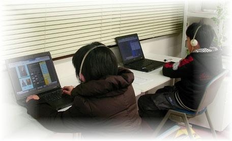 男女で隣席ということより…期末テスト前の仕上げ学習に真剣です。