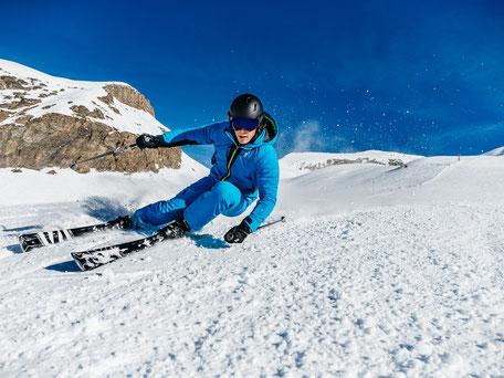 Skikurse Jugend 13 -18 Jahre_Jugendlicher beim Carving Schwung in Scheffau