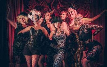 svartklädda burlesque-kvinnor poserar