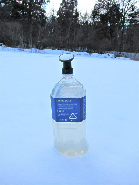 そのまま液体シャワーで積もった雪に散水、すぐに効果を発揮する融雪(溶血防止)剤を斜視音付きでご紹介するページです。