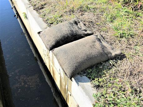 ゲリラ豪雨などで、河川が氾濫して市街地に水が侵入した時に素早く設置できる吸水膨張土のうのご紹介