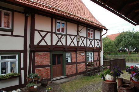 Blick vom Hof auf das Fachwerkdoppelhaus, links der Ständerbau von 1468, rechts das Fachwerkhaus von 1764
