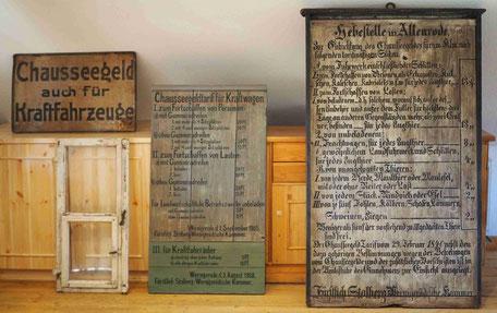 Die drei Tafeln der Hebestelle und das Fenster, mit zusätzlicher Öffnung zum Kassieren der Chausseegebühr bei nacht