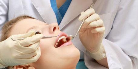 Die Professionelle Zahnreinigung wird von speziell dafür ausgebildeten Fachkräften durchgeführt