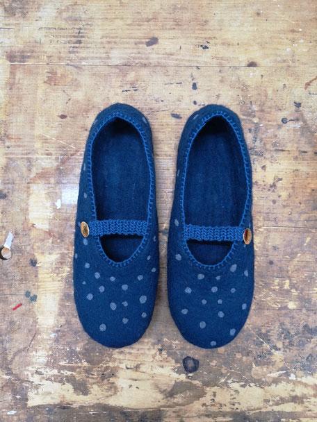 handgefilzte Hausschuhe aus Wolle dunkelblau mit hellblauen Punkten