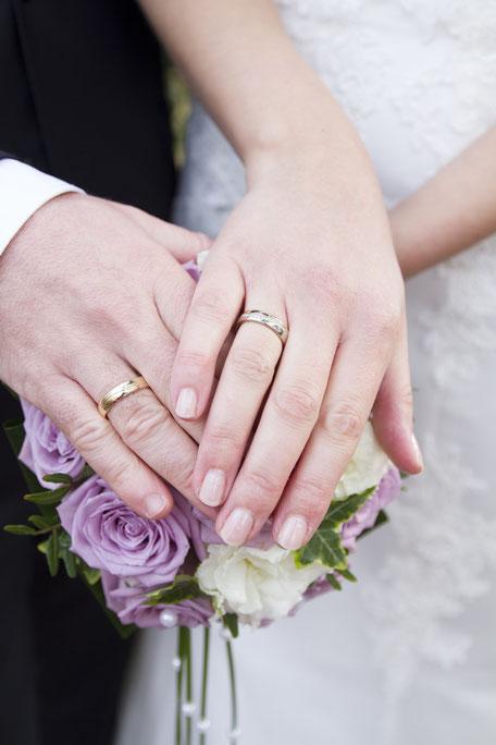 Das verliebte Brautpaar nach der Trauung beim Brautpaarshooting