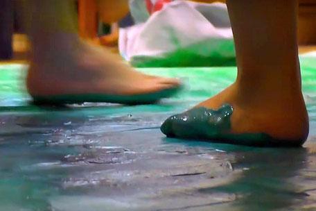 """Tanzende Füße im Tagesheim - Ausschnitt aus dem Film """"Kreative Räume"""" © Joyce Rohrmoser"""