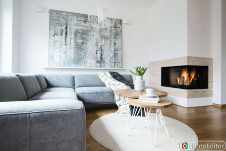 Kunst im Wohnzimmer, heller Raum mit Kunst an Wand, moderne Bilder, Abstrakte Kunst