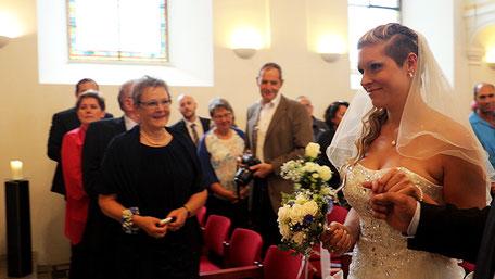Die Braut wird zu Altar geführt