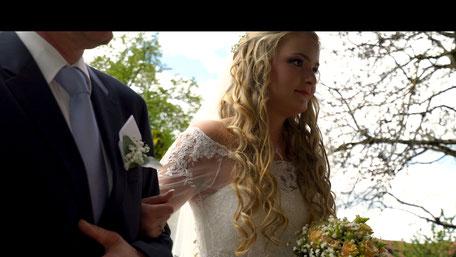 Hochzeitsvideo Szene vor der Kirche