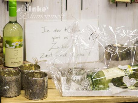 Weingeschenk mit Deko und Blumen