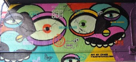 しもきた商店街振興組合 東洋百貨店てにあるアーティスト チェイス氏の作品の壁画