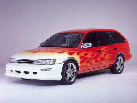 赤いトヨタカローラバンのフロントから、サイドにかけて、白から黄色、オレンジで、フアイヤーパターンが入ってる画像
