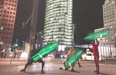SignSpinner bei Nacht mit Leuchtschildern für eine Werbekampagne.