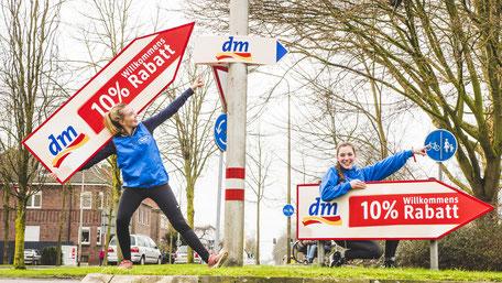 SignSpinnerinnen bei einer Kampagne für eine Neueröffnung.