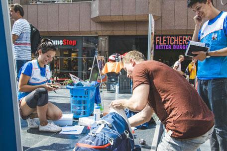 Teilnehmer einer Marketingkampagne in Aktion an einer Station.