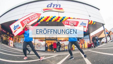 SignSpinnerinnen bei einer Werbekampagne für eine Eröffnung.