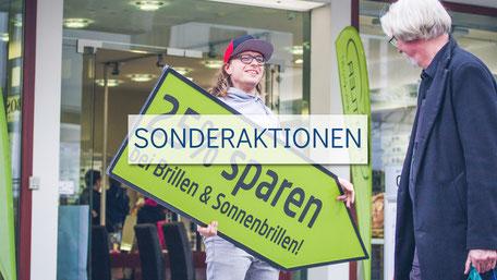 SignSpinner mit einem Passanten bei einer Sonderaktion, speziell Rabatt-Aktion.