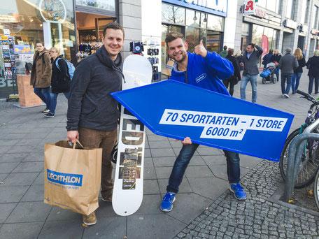 SignSpinner bei Werbekampagne mit einem zufriedenen Kunden.