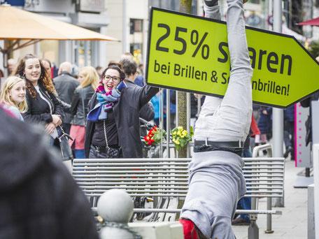SignSpinner im Einsatz für Rabatt-Aktion mit begeisterten Passantinnen.