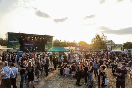 GreenJuiceFestival - 2018 - Bonn - Atmo - Atmosphäre - Montreal - Sonnenuntergang - Crowd - Besucher - Festival - Sommer - Konzertsucht