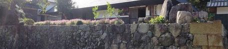 石段の上の竹内流相伝家道場