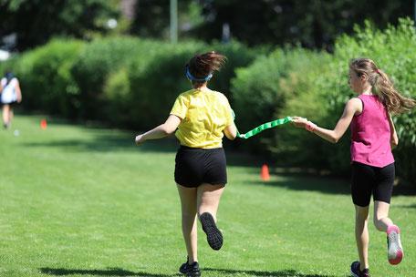 Partnerlauf: der Begleiterin bllind vertrauen. Diesterweg-Kinder erfahren beim Akademietag Sport gelebte Inklusion.