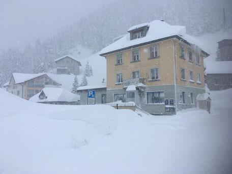 Unser Haus im Schnee eingebetet.