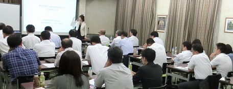 セミナー講師として登壇中の当事務所代表・高島