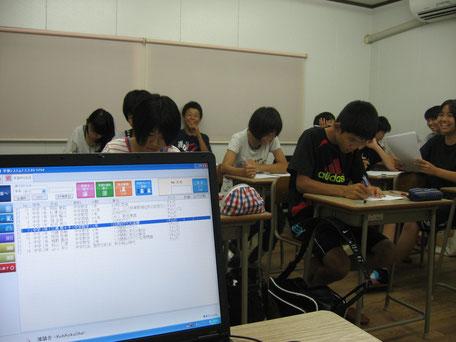 コンピューターを使って行うeトレの授業風景写真