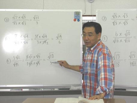 授業を行う石川久人塾長