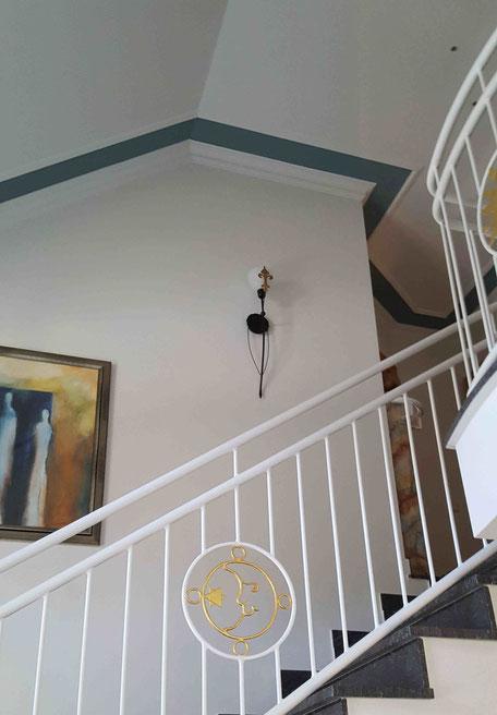 weißer Treppenaufgang mit grauen Streifen an der Decke