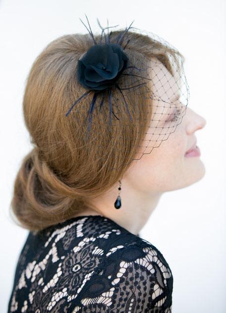 Festlicher schwarzer Fascinator aus Seide, Schleiernetz und Federn. Headpiece Kopfschmuck Schwarz für Hochzeiten, Feiern, Weihnachten, Silvester und Fasching.