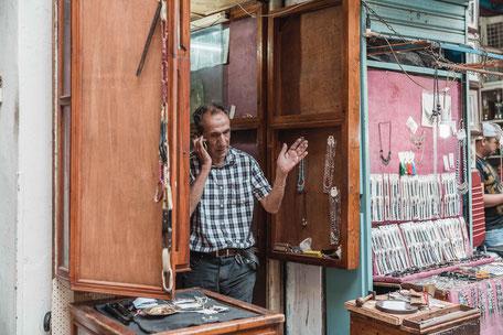 Handel Händler Marktschreier Ladenbetreiber Markt Souk Tunesien Tunis Nabeul