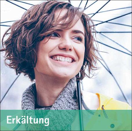 Junge Frau unterm Regenschirm - metavirulent bei Erkältung