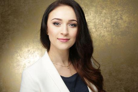 Joanna Kalinowska mit goldenem Hintergrund