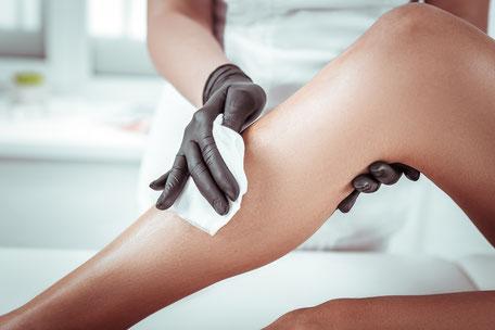 Haarentfernung schwarze Handschuhe